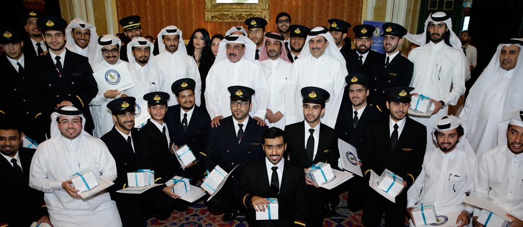 صورة جماعية لطلاب متخرجين